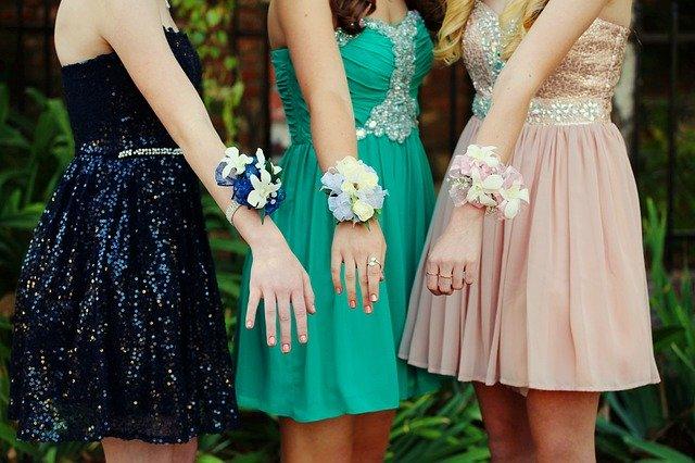 Dievčatá v spoločenských šatách.jpg