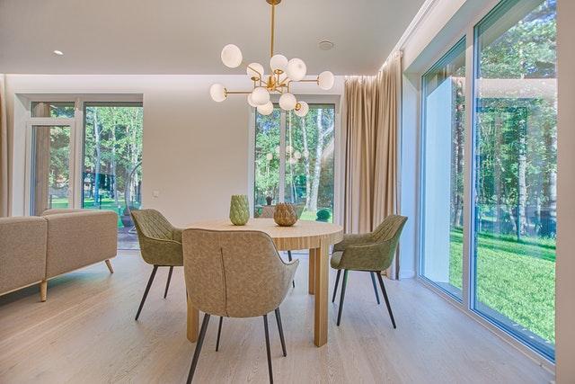 Kuchyňa s obývačkou s veľkými sklenenými dverami smerom do záhrady.jpg