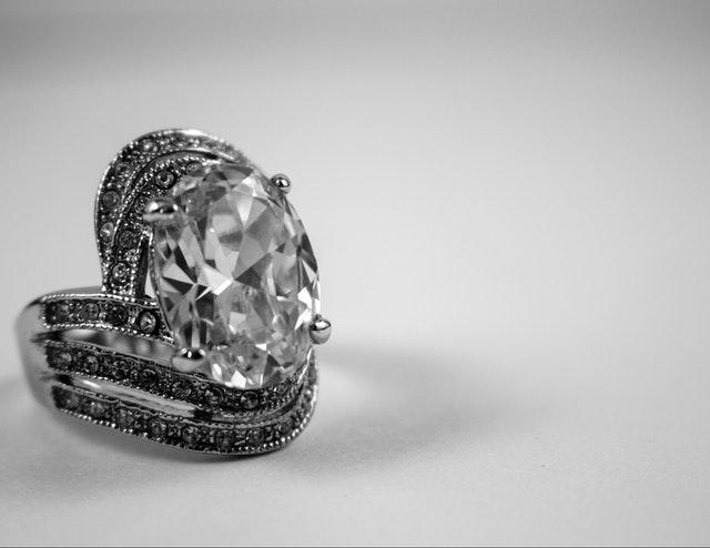 Strieborný prsteň s veľkým kameňom