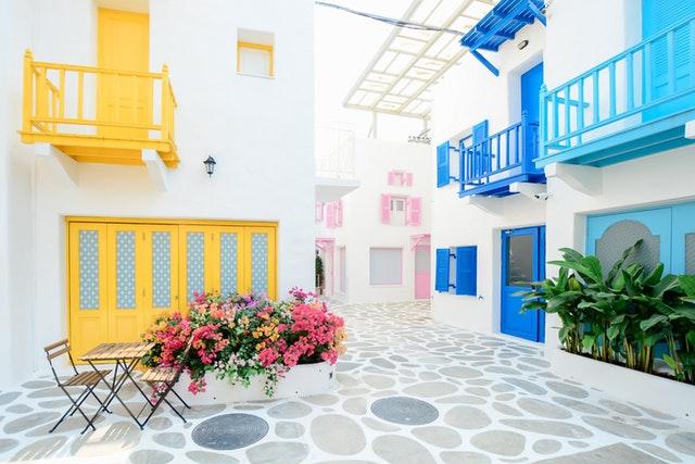 Budovy, farebné balkóny